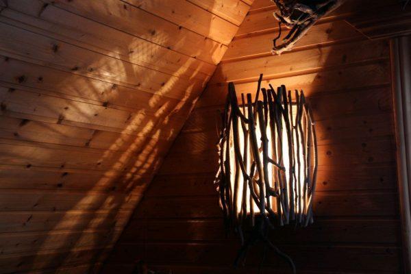 Настенный светильник из веток