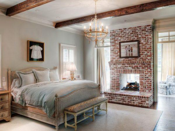 Спальня в стиле кантри с балками