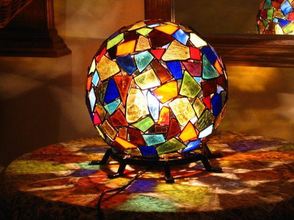 Светильник из кусочков стекла