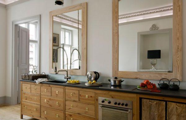 Зеркало над кухонным гарнитуром
