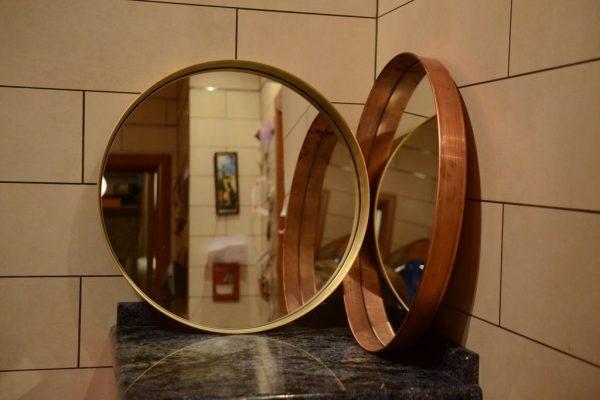 Большое круглое зеркало в медной раме
