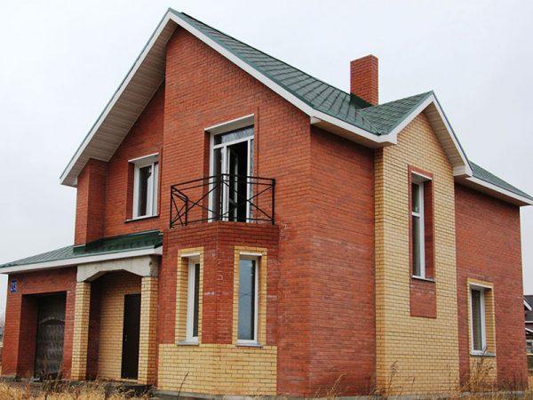 Дом из красного и желтого кирпича