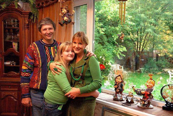 Елена Проклова с семьей в своем коттедже