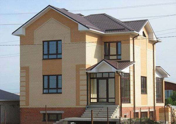 Фасад из кирпича в два цвета