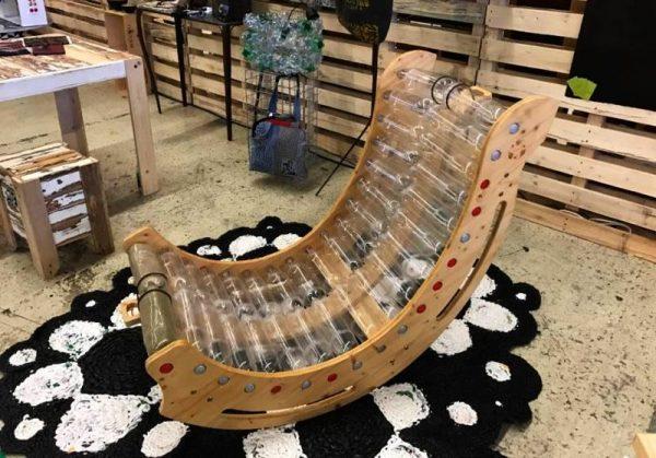 Кресло-качалка из бутылок