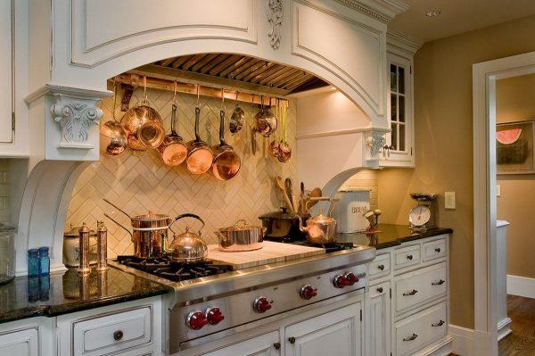 Медная посуда в интерьере кухни