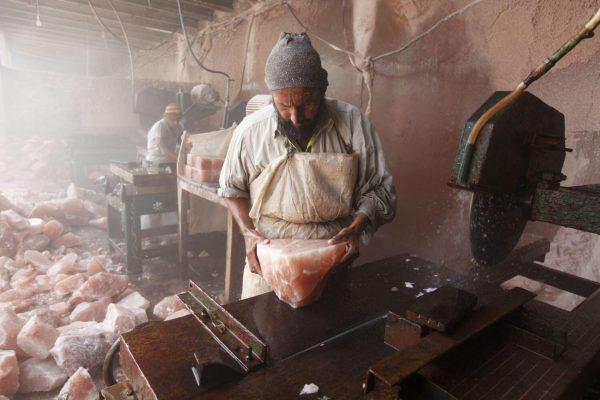 Обработка гималайской соли в Пакистане