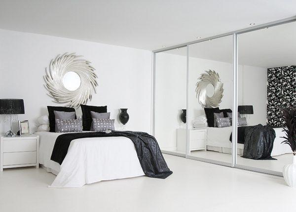 Шкаф с зеркальными фасадами визуально расширяет пространство