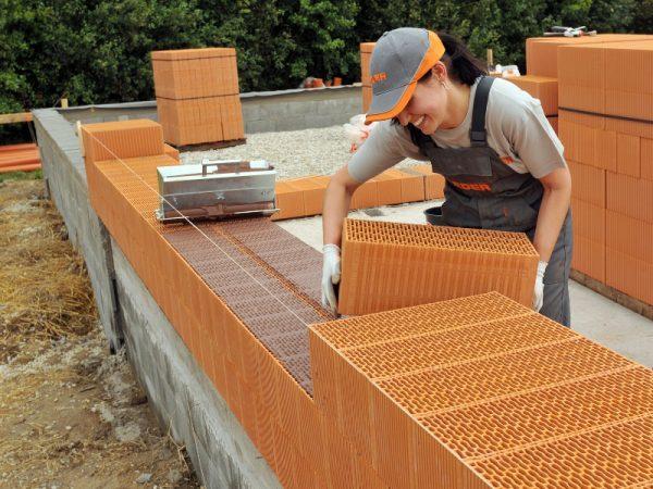 Возведение стены из теплой керамики