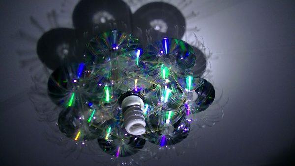 Люстра из пластиковых бутылок и компакт дисков