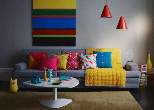 Серый диван с цветными подушками