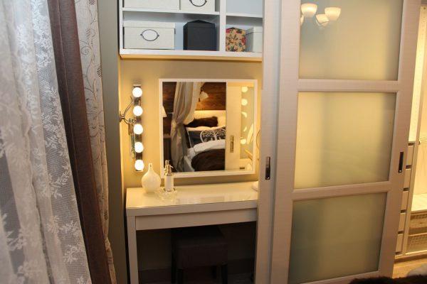 Туалетный столик внутри шкафа купе