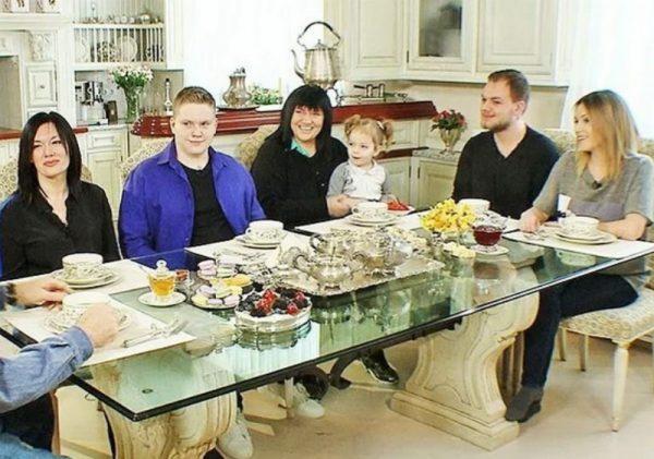 Алла Духова с семьей в коттедже в Риге