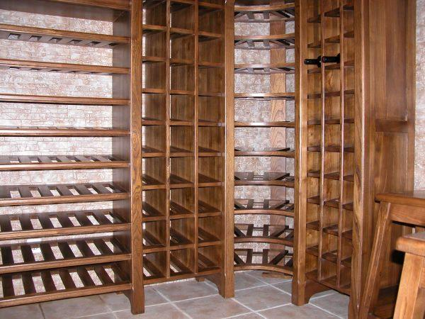 Бутылки с вином рекомендуется хранить в вертикальном положении