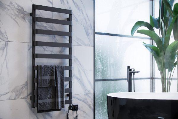 Черный матовый полотенцесушитель в ванной