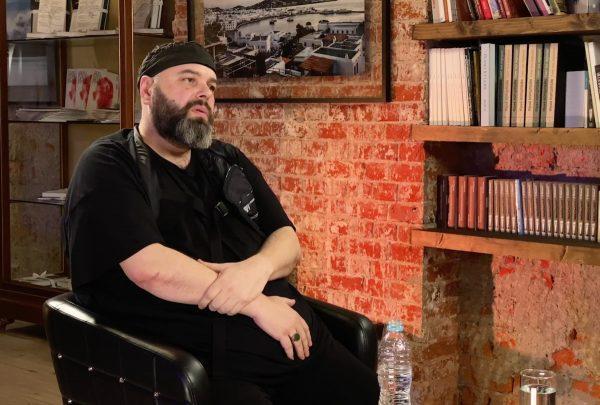 Максим Фадеев в своей квартире в Москве