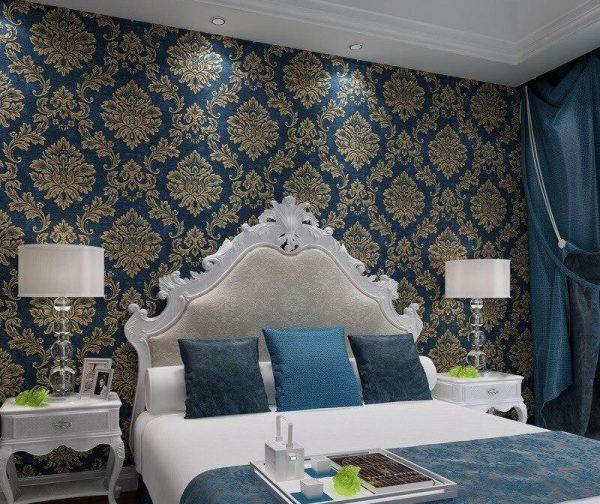 Обои в стиле дамаск в интерьере спальной комнаты
