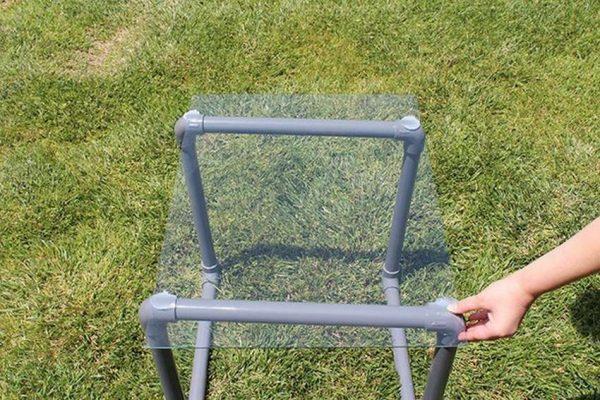 Столик из пластиковых труб для дачи