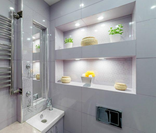Встроенные полки в ванной комнате