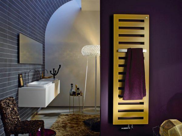 Золотой полотенцесушитель в интерьере ванной