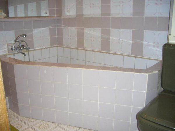 Бетонная ванна с облицовкой из кафеля