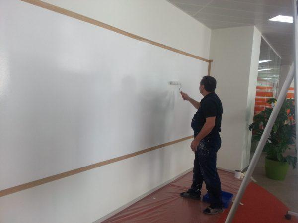 Нанесение проекционной краски на стену