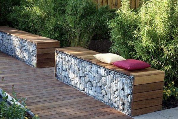 Оригинальная скамья из дерева и камней