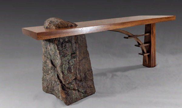 Скамейка с ножкой из камня