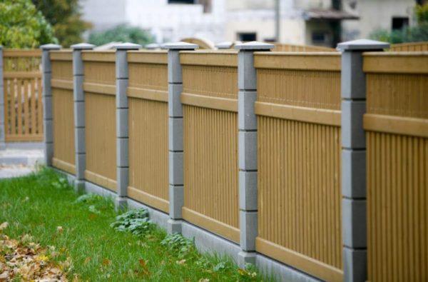 Забор с бетонными столбами