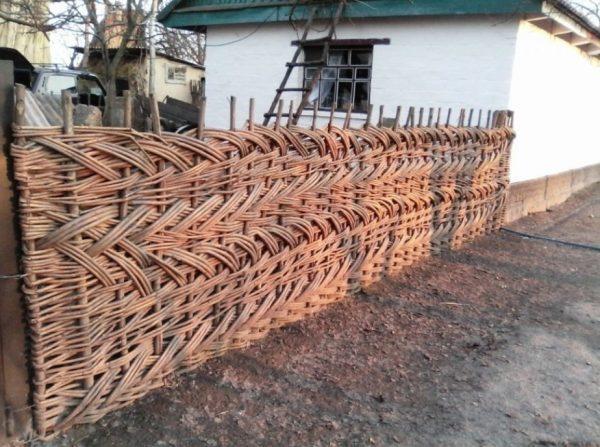 Наклонное плетение изгороди