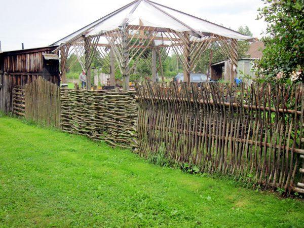 Плетеная изгородь в этностиле