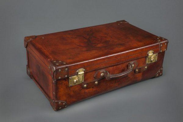 Старый чемодан из кожи