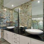 Стеклянная мозаика в интерьере ванной
