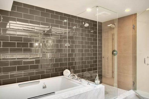 Стеклянная плитка в ванной комнате