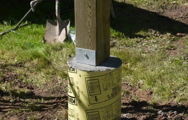 Установка деревянных столбов на бетон