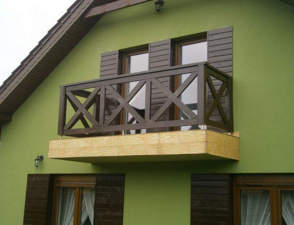 Деревянное ограждение балкона