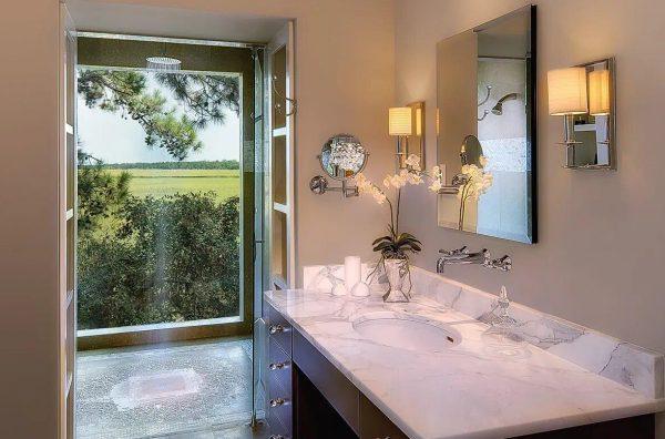 Фальш-окно с подсветкой в ванной