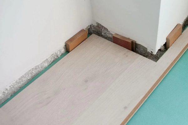 Компенсационный зазор между ламинатом и стеной