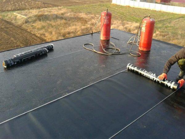 Монтаж рубемаста с помощью газовой горелки