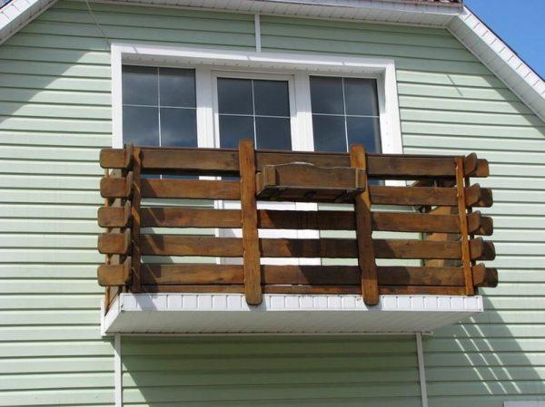Ограждение для балкона из подручных материалов