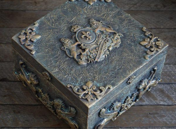 Шкатулка с декорированием под металл с патиной