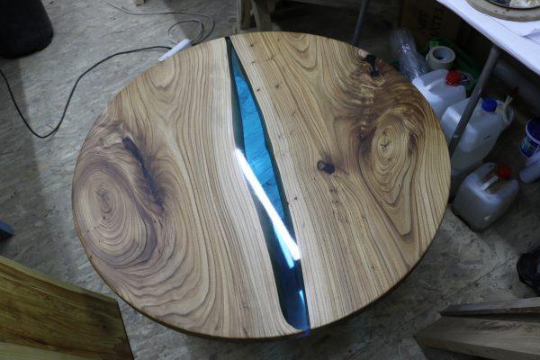 Столик из дерева и эпоксидной смолы