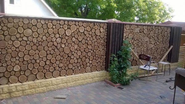 Забор из спилов дерева