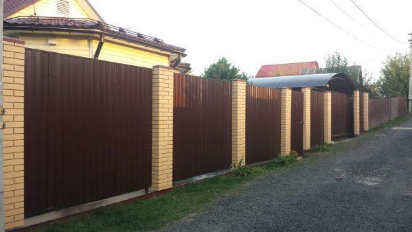 Забор со столбами из декоративных панелей