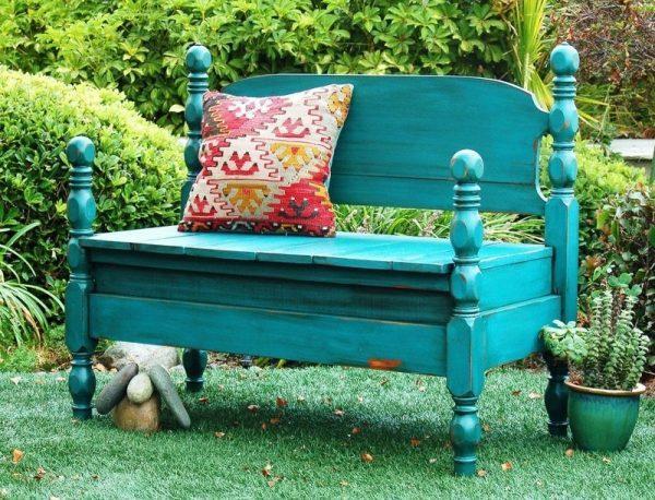Садовая скамейка из деревянной кровати
