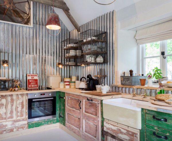 Стена на кухне из профнастила