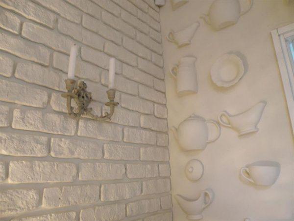 Стык декоративного кирпича и обоев