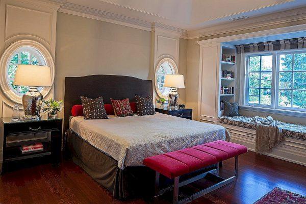 Спальня с большим подоконником