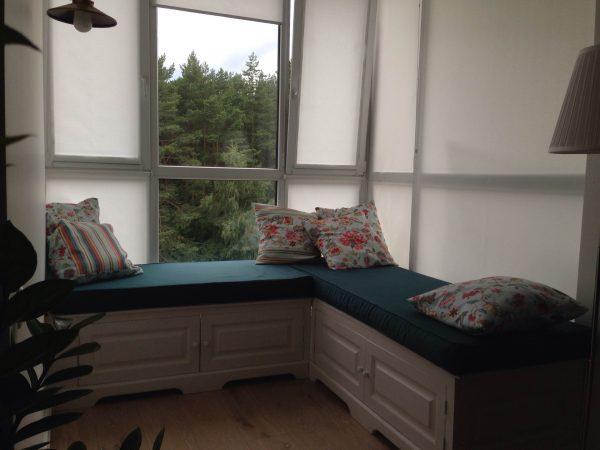 Установка мягкой мебели у окна
